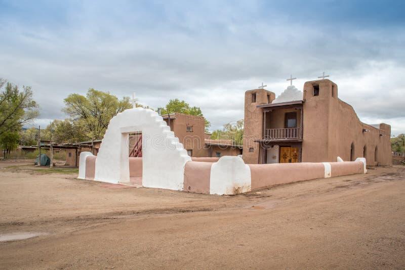 Kyrktaga i indianers den Taos puebloen som är ny - Mexiko arkivbild