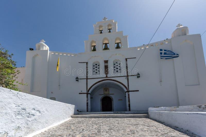 Kyrktaga med det vita klockatornet i Pyrgos Kallistis, den Santorini ön arkivfoto