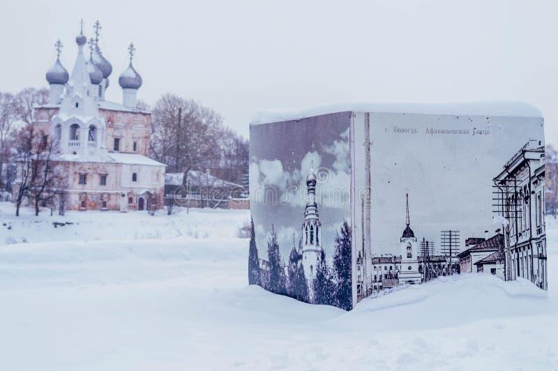 Kyrktaga med kupoler på flodbanken i vinter i Vologda Ryssland arkivbild