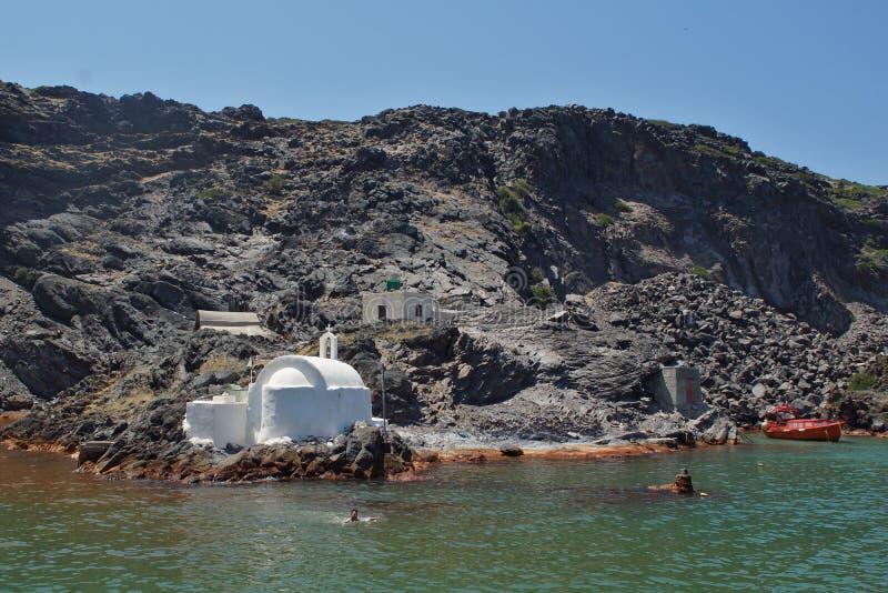 Kyrktaga till varma vulkaniska vårar, Santorini, den Thira ön, Cyclades öar royaltyfri foto