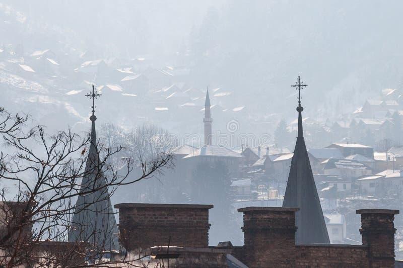 Kyrktorn för minaret och för kyrkliga torn på kullarna av Sarajevo, Bosnien och Hercegovina arkivfoton