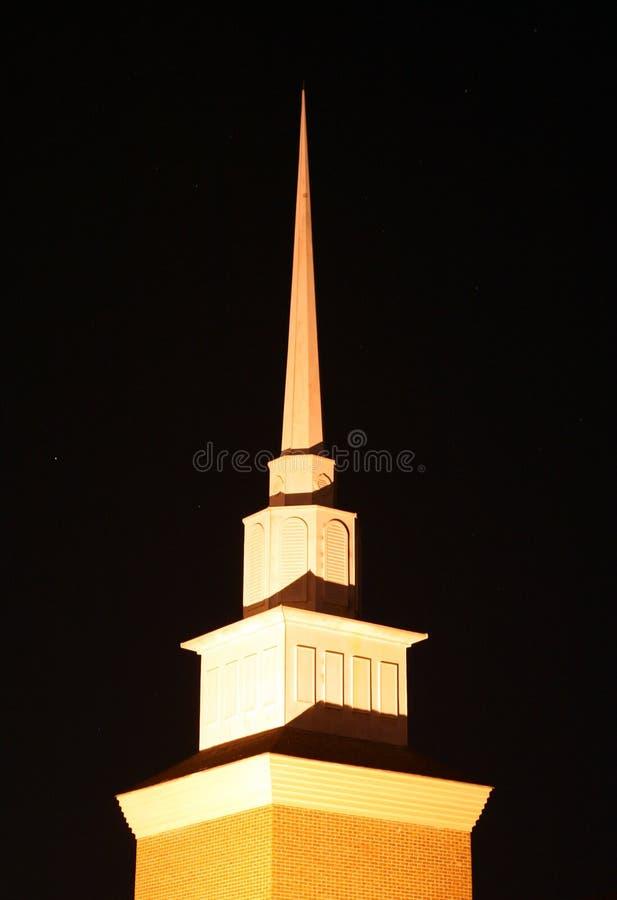 Kyrktorn på natten arkivbild