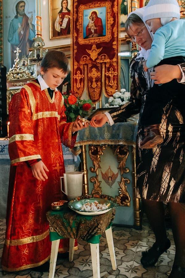 Kyrkvaktmästare och kvinna med barnet royaltyfri bild