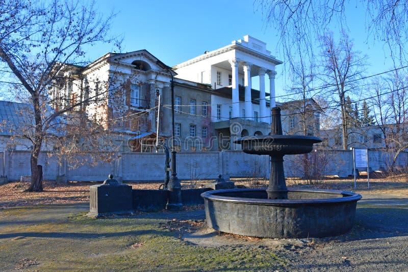 Kyshtym Región de Cheliábinsk, Rusia, noviembre, 15, 2018 El monumento que se derrumba de la arquitectura - el estado 'casa blanc fotos de archivo