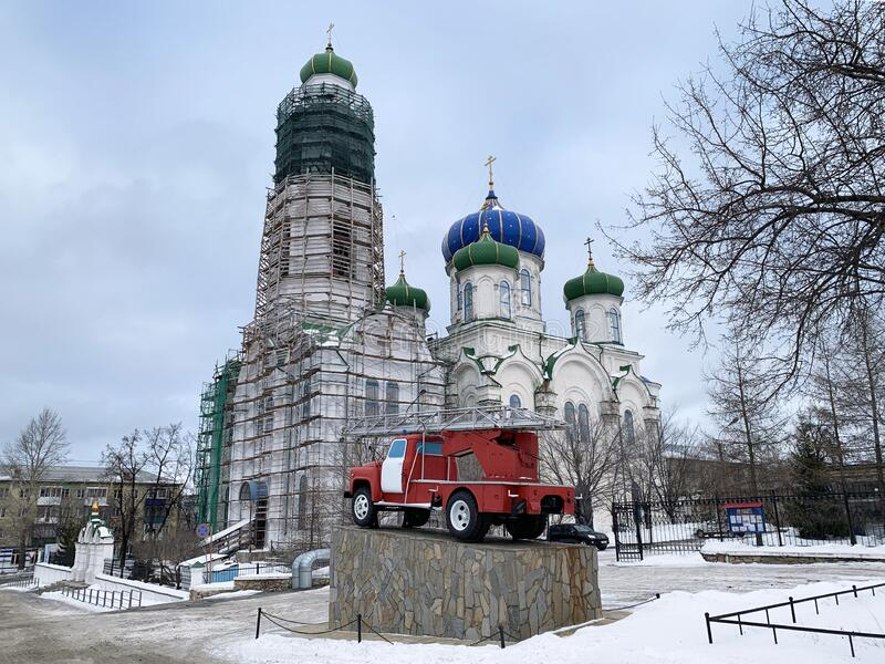 Kyshtym, Russia, January, 15, 2020.Monument to a fire engine in the city of Kyshtym on the background of the Cathedral of the Nati. Kyshtym, Russia. Monument to stock image