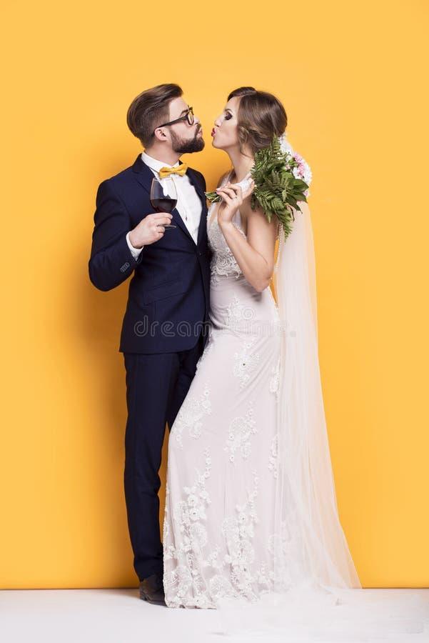 Kyss av nygifta personer arkivfoto