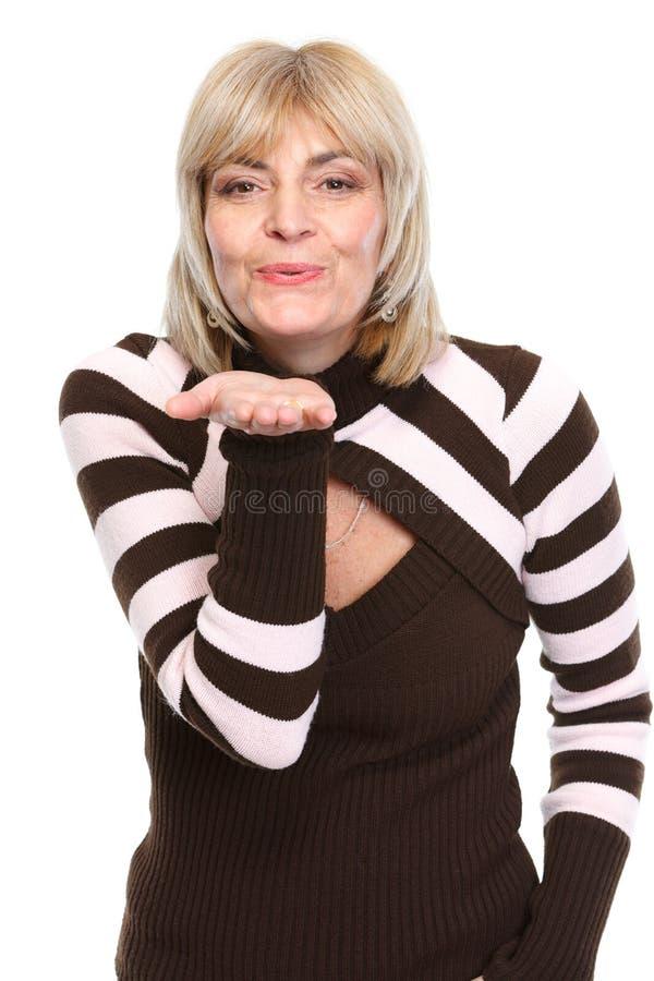 Kyss för luft för medelålderkvinna slående arkivfoton