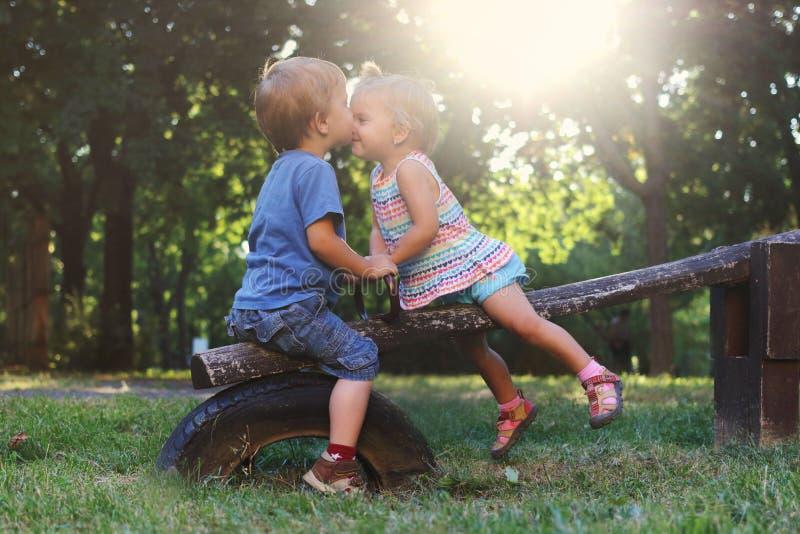 Kyss och förälskelse royaltyfria bilder