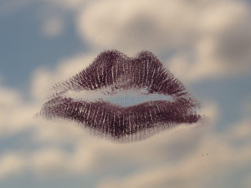 Kyss på spegeln och himlen royaltyfri bild