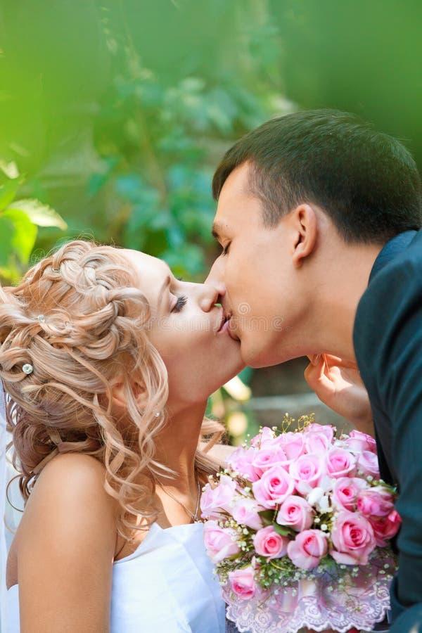 Kyssa för brud och för brudgum arkivbilder