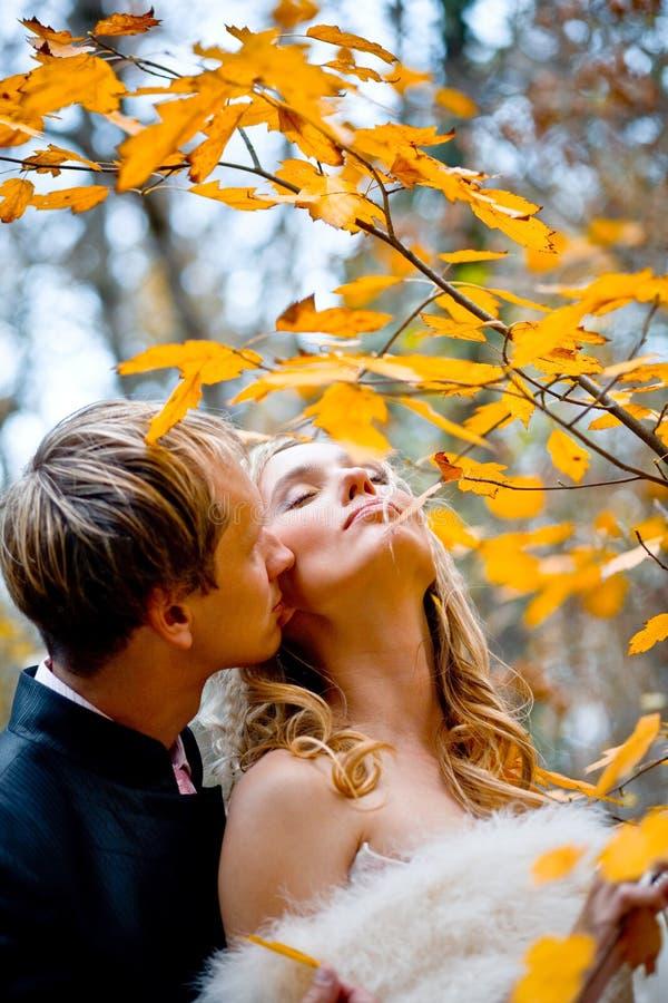 kyssa för brudbrudgum royaltyfri fotografi