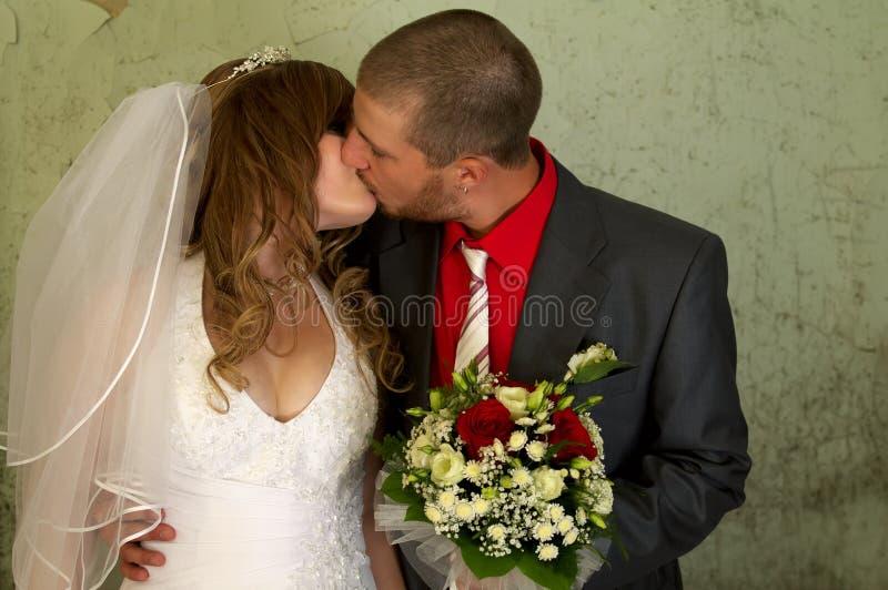 kyssa för brudbrudgum arkivfoton