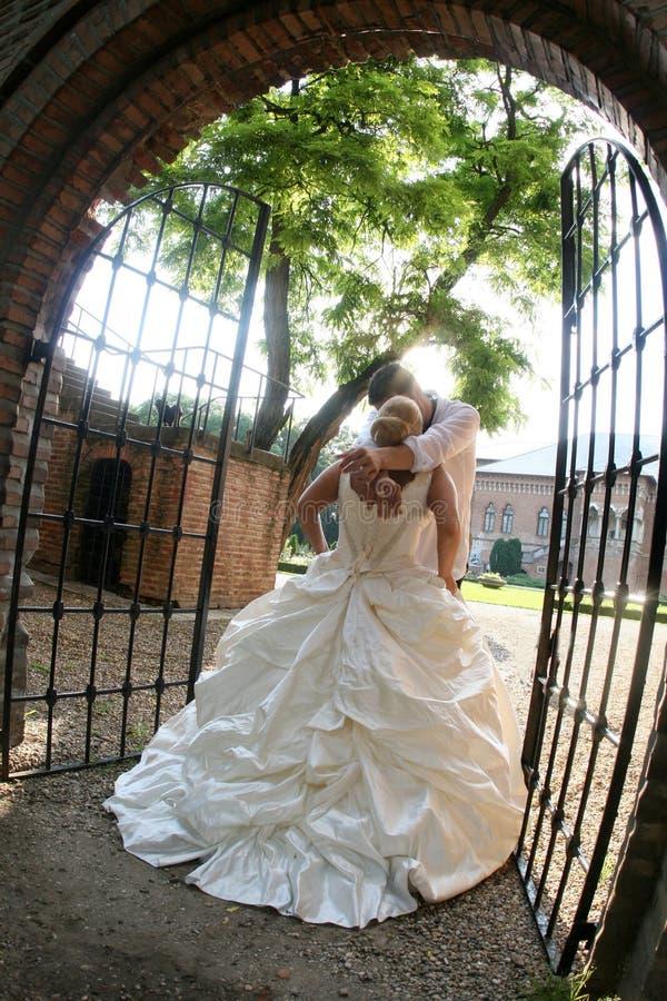 kyssa för brudbrudgum royaltyfri foto