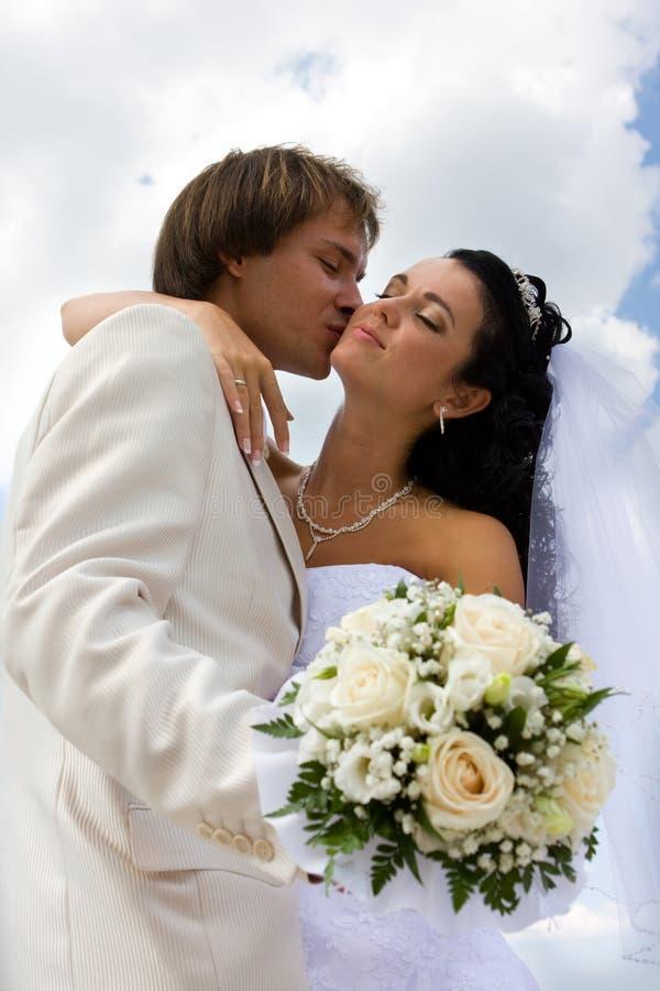 kyssa för brudbrudgum royaltyfria bilder