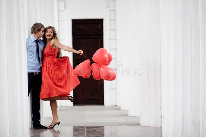 kyssa för par arkivbilder