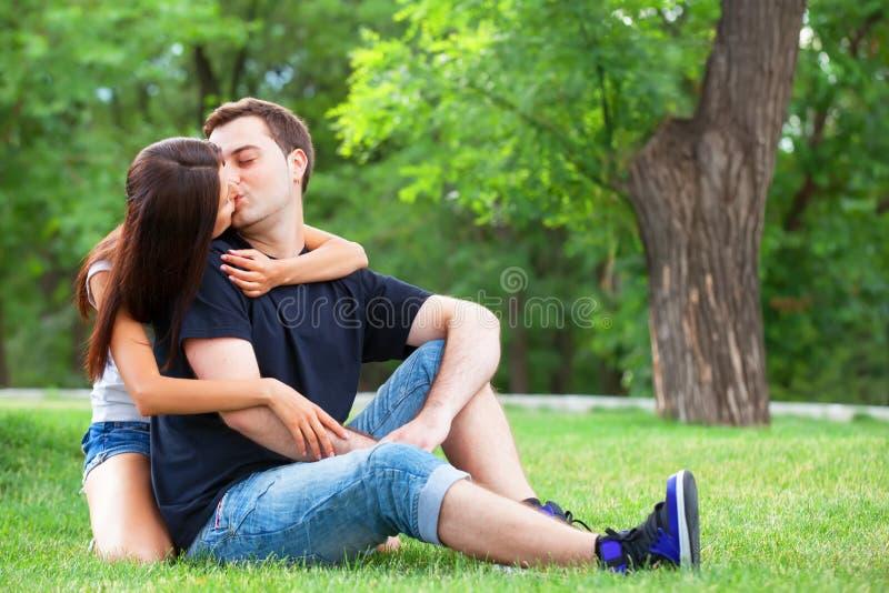 kyssa för par royaltyfri bild