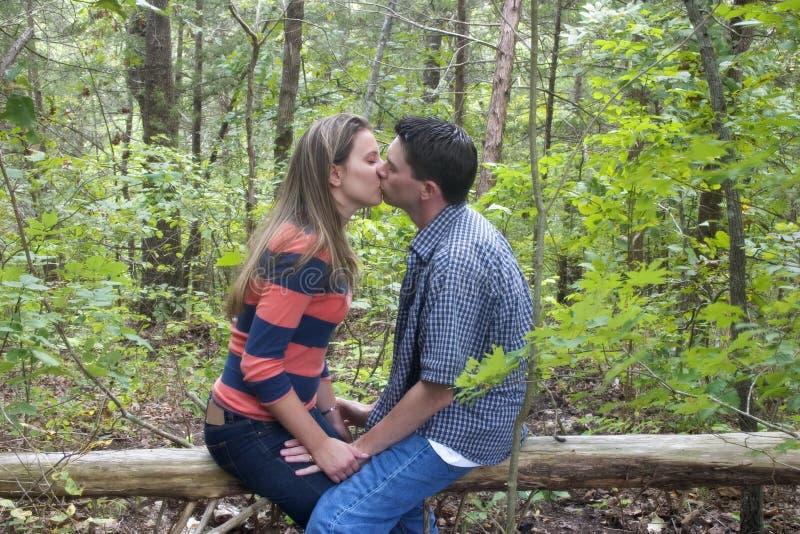 Download Kyssa för par fotografering för bildbyråer. Bild av tonåringar - 522359