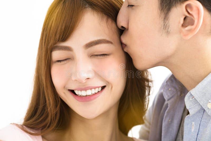 Kyssa för par för Closeup ungt asiatiskt royaltyfri bild