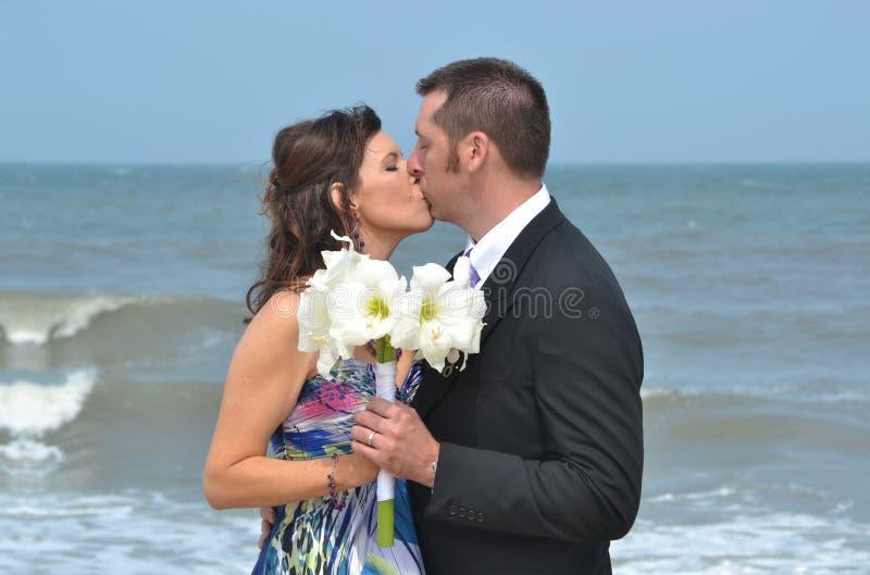 kyssa för strand arkivbild