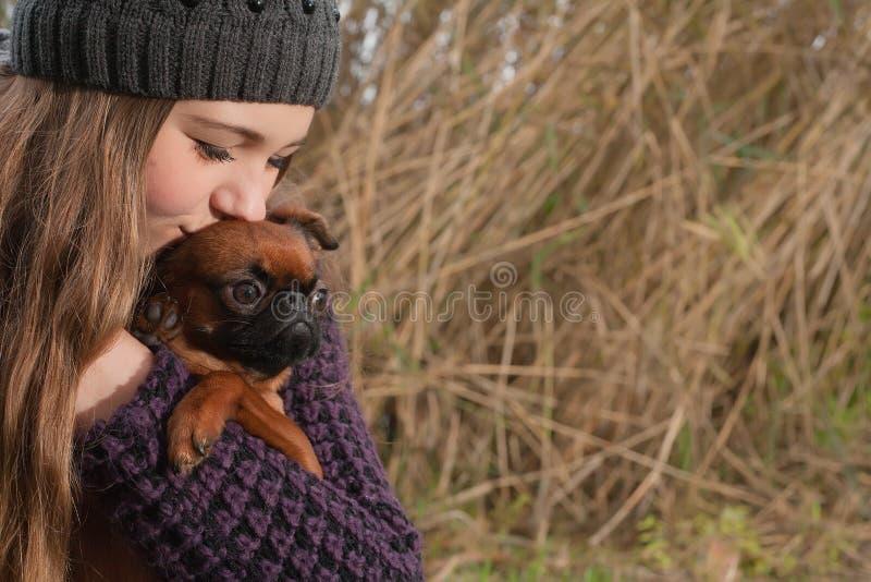 Kyssa hunden royaltyfria foton