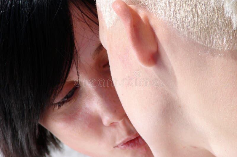 kyssa två kvinnor arkivfoton