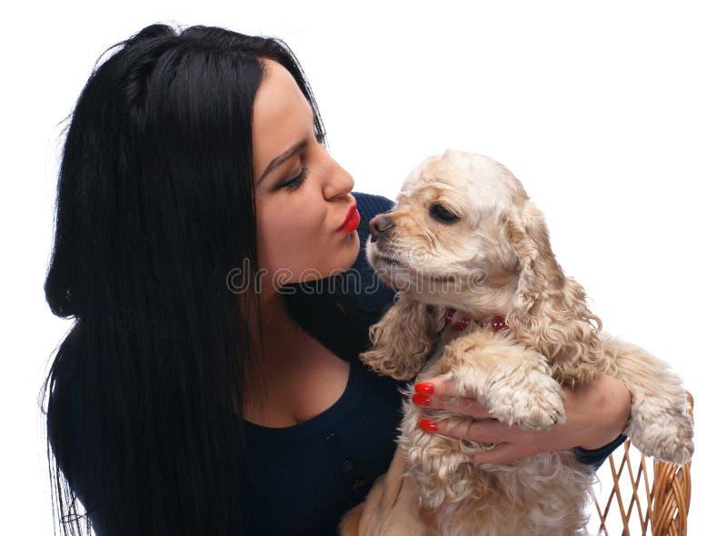Kyssande amerikansk spanie för härlig flicka arkivfoton