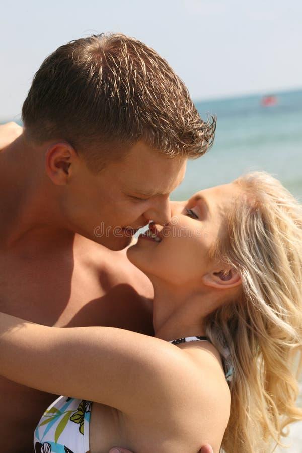 kyssande barn för par royaltyfri fotografi