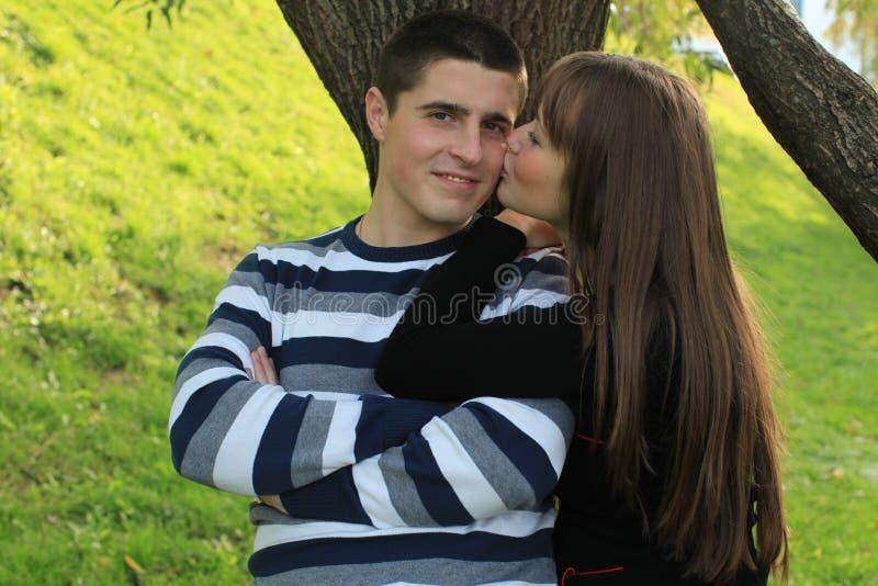 kyssande barn för par arkivbilder