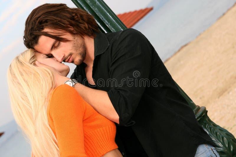 kyssande barn för par arkivbild