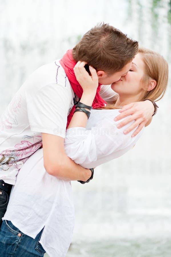 kyssande bild för härliga par royaltyfria foton
