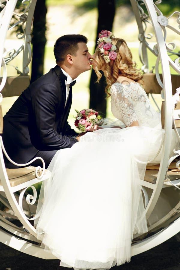 Kyssande blond härlig brud för stilig brudgum i magisk fe t arkivbild