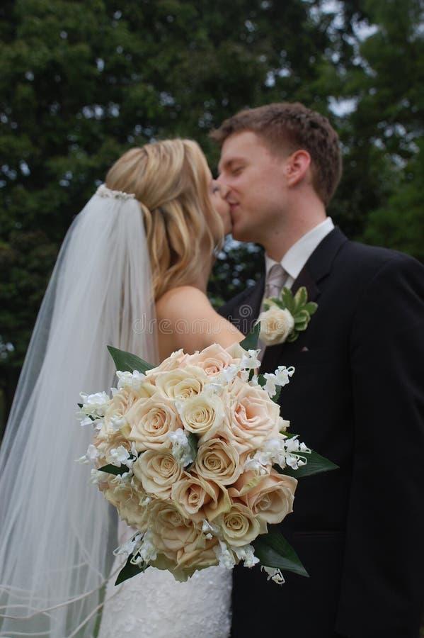 kyssande bröllop för boquetpar fotografering för bildbyråer