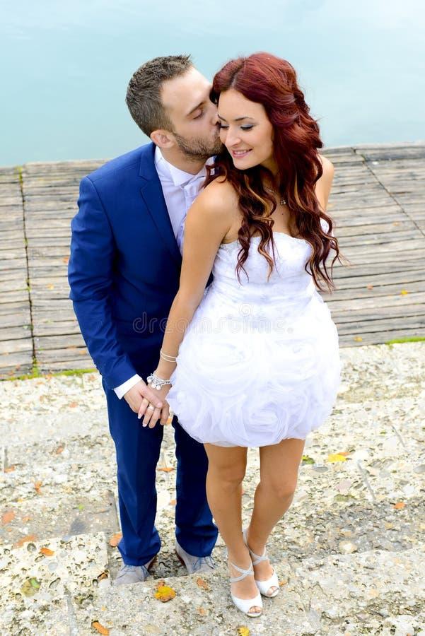 kyssande bröllopbarn för par royaltyfria foton