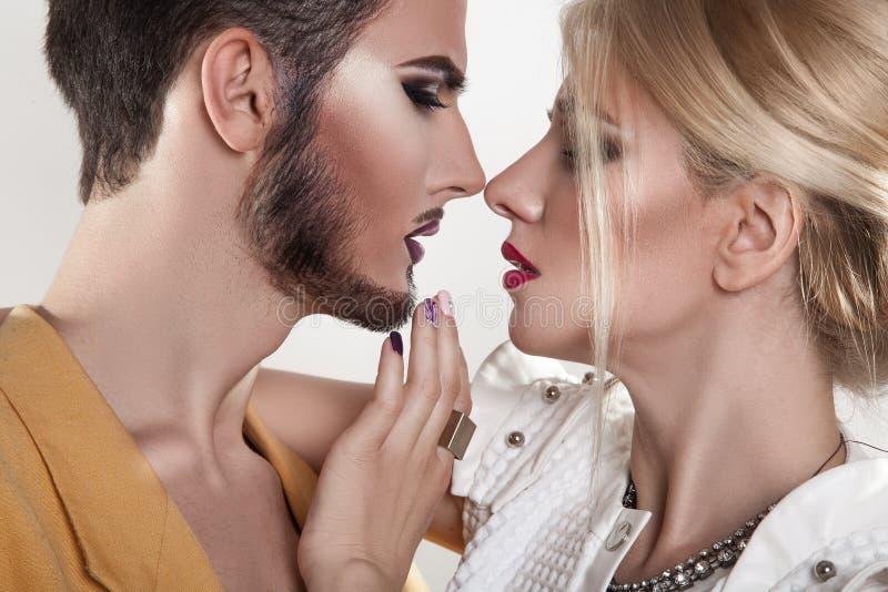 kyssande förälskelse för par Båda med makeup passion förförelse royaltyfri fotografi