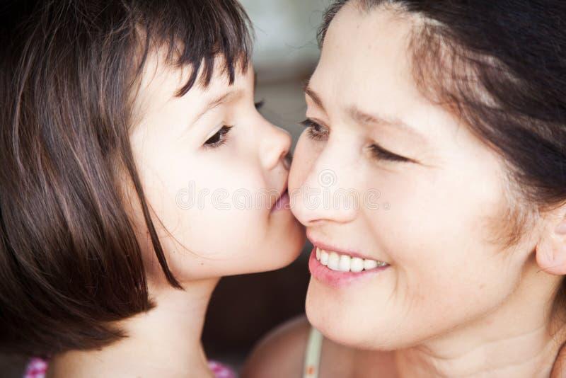 Kyssande farmor för sondotter, familjbild fotografering för bildbyråer