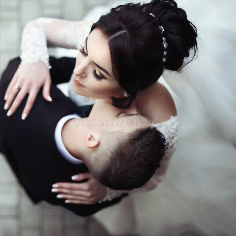 Kyssande härlig brud för stilig sinnlig brudgum på halsclosna royaltyfria foton