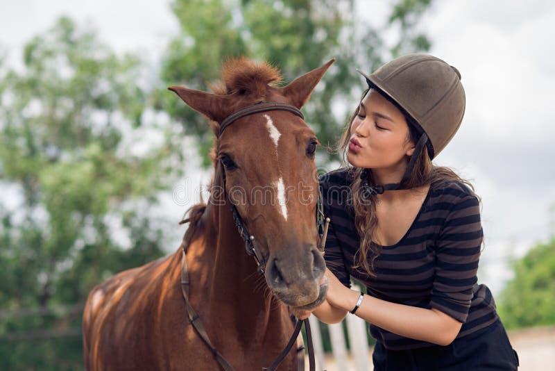 Kyssande häst arkivbilder
