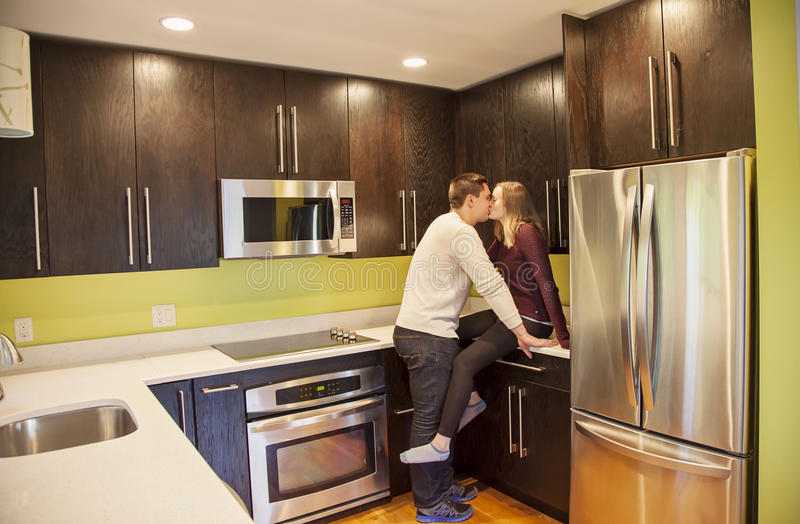 kyssande kök för par royaltyfri fotografi