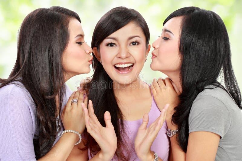 Kyssande kind för vänner arkivfoton