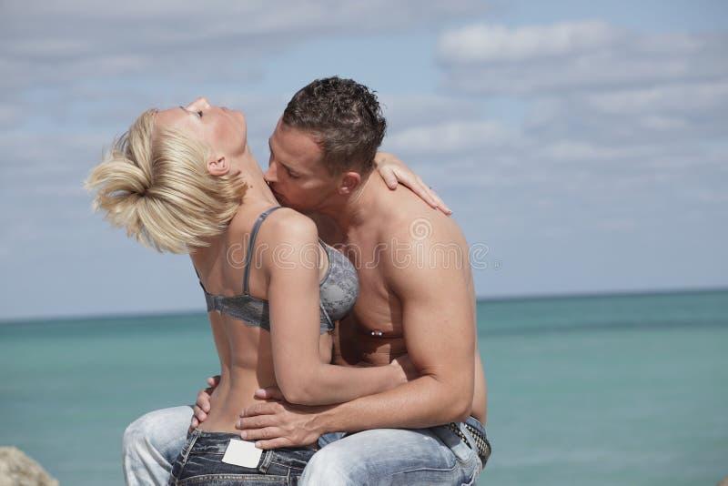 kyssande kvinna för man passionately arkivfoto