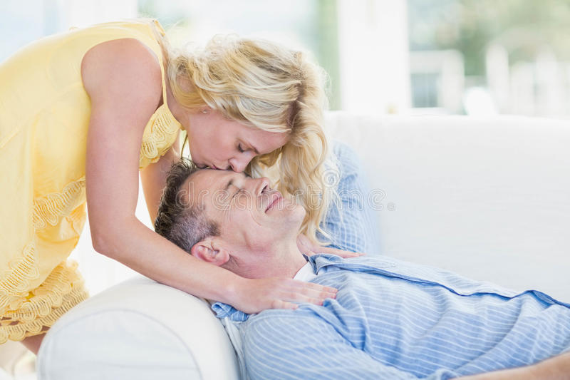 Kyssande make för fru på pannan royaltyfria bilder