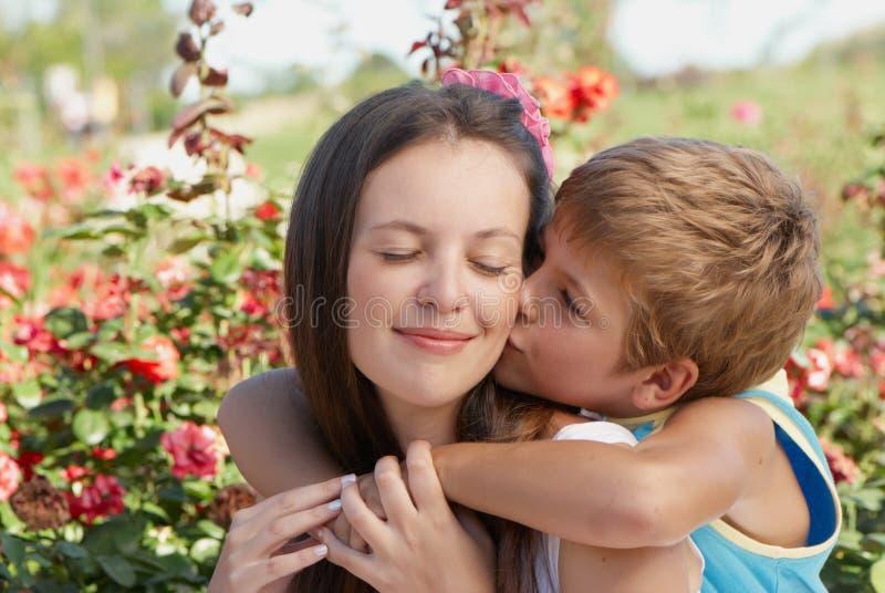kyssande moderson fotografering för bildbyråer