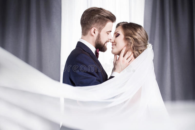 kyssande nygift person fotografering för bildbyråer