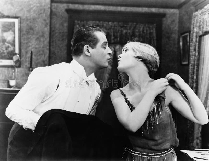 Kyssande par (alla visade personer inte är längre uppehälle, och inget gods finns Leverantörgarantier att det inte ska finnas någ royaltyfria foton