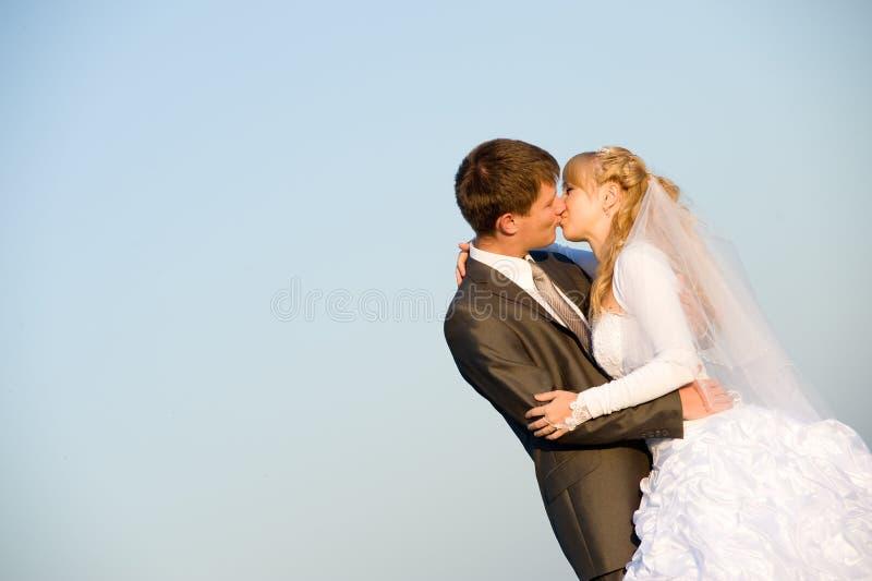 kyssande par bröllop arkivbild