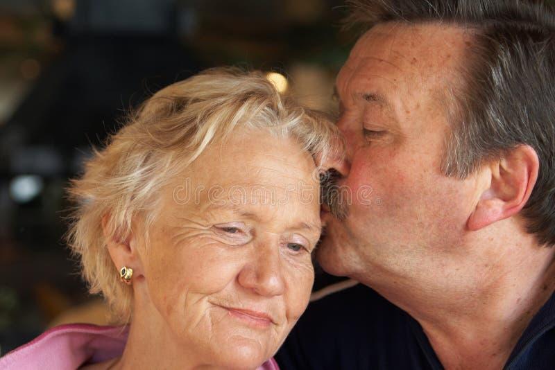 kyssande pensionärer royaltyfri foto