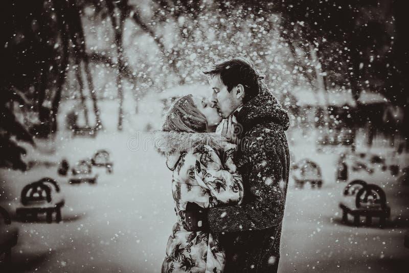 kyssande snowbarn för par svart white royaltyfria bilder