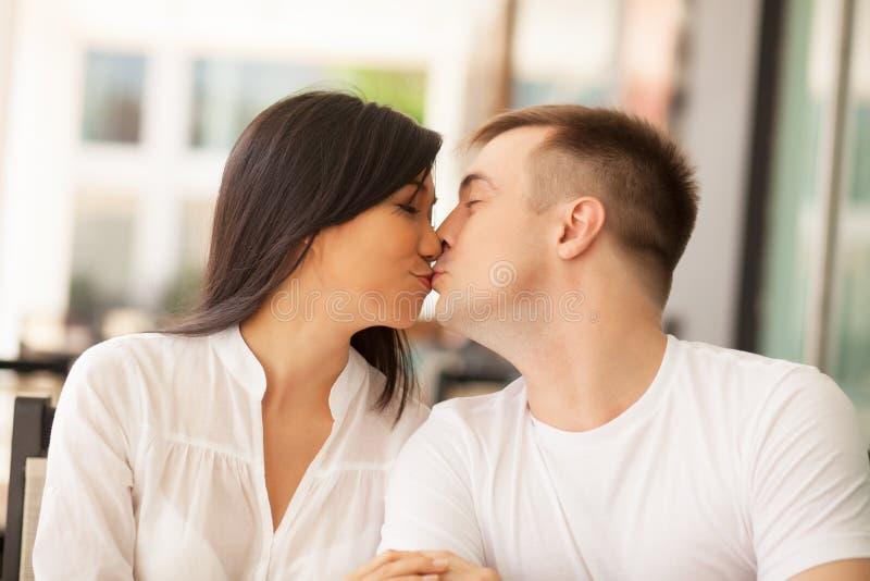 Kyssande vänner royaltyfri fotografi