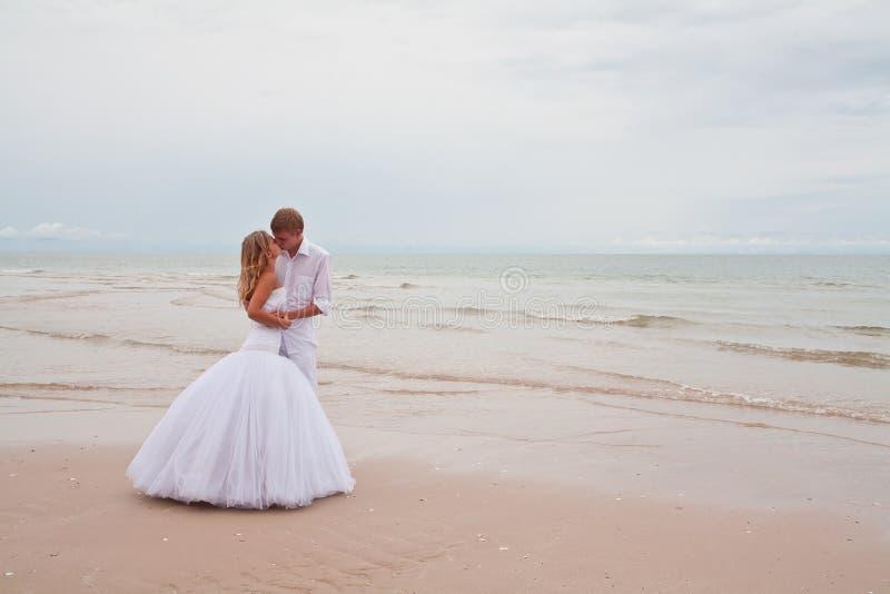 kyssbröllop royaltyfri bild