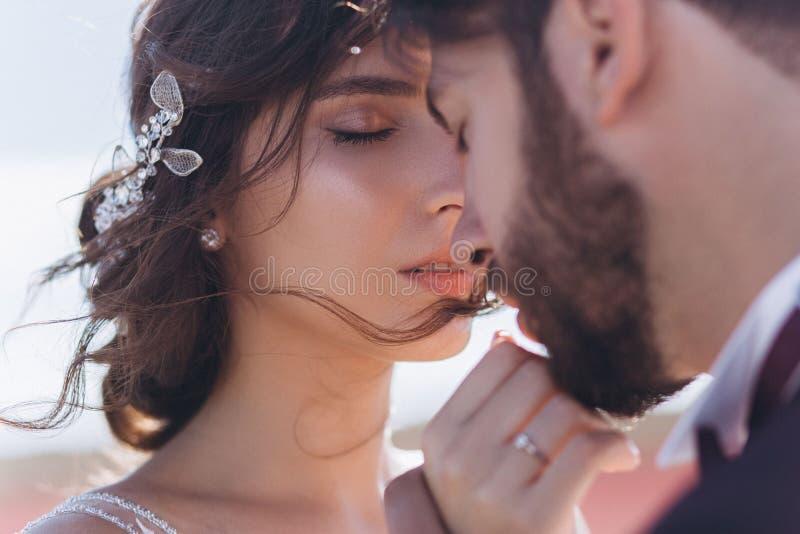 Kyssförälskelsebrud och brudgum arkivfoton